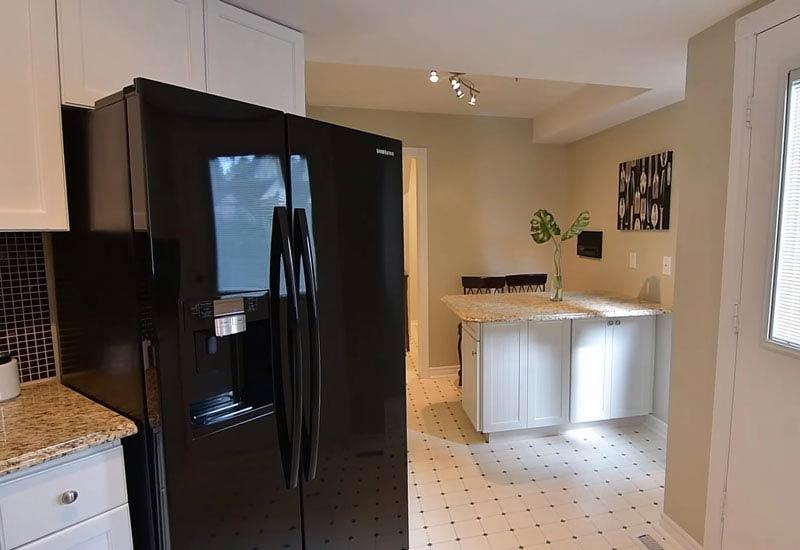 чёрный холодильник на кухне 6_7