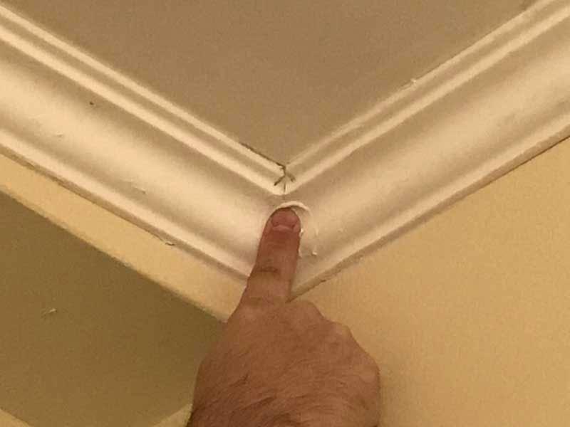 По углам лишнюю клеевую смесь устраняем пальцем
