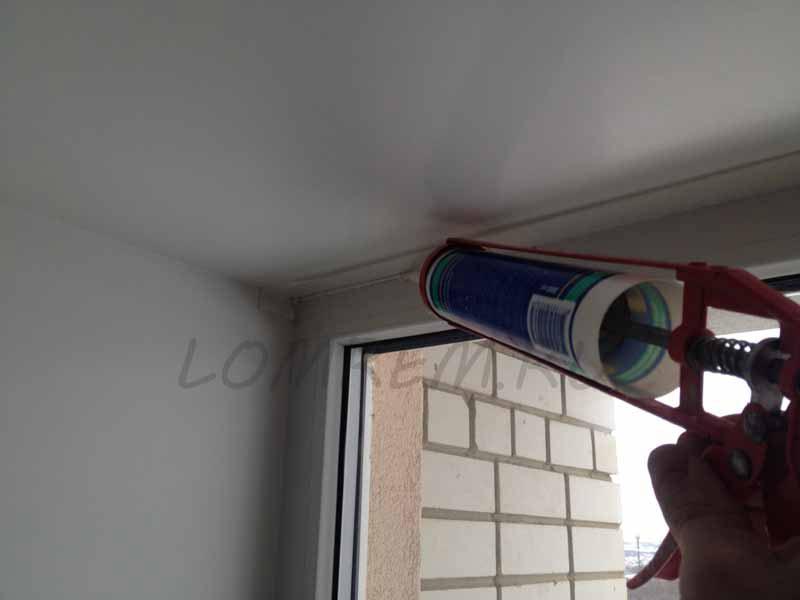 Выдавливаем акриловый герметик, заполняя примыкание окна с откосом
